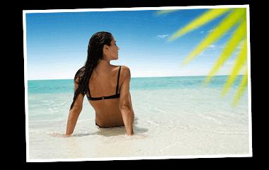 NKL Gewinn Urlaubsgeld - Frau sitzt im Bikini am Strand mit Palmen 380x240